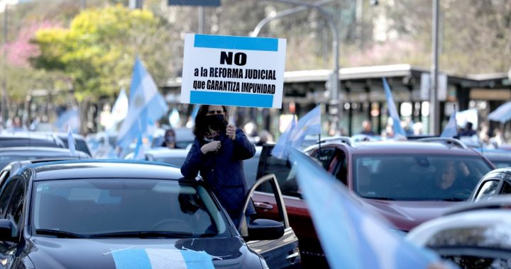 """Argentina """"Banderazo"""" y crónicas de un país al borde de un ataque de nervios"""