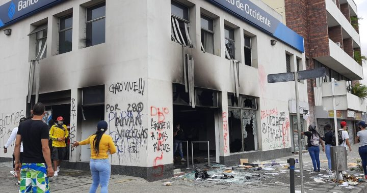 Al menos tres muertos en protestas que conmemoran un mes de estallido social en Colombia