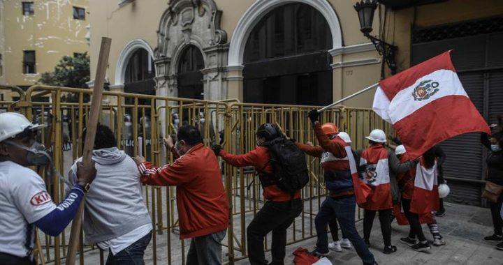 Seguidores de Keiko Fujimori marchan al Palacio y atacan auto de ministros