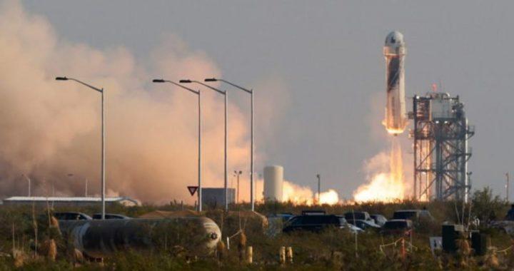 El multimillonario Jeff Bezos logra con éxito su primer viaje al espacio